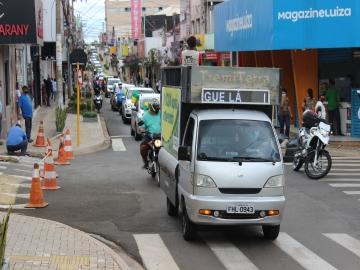 Protesto pedindo aumento do número de leitos e reabertura do comércio reúne mais de 100 veículos