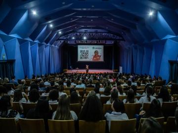 Leila Navarro anima e motiva público em palestra